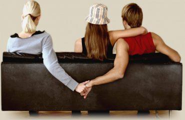 Organizza un triangolo amoroso per fare una sorpresa al fidanzato: dopo il rapporto scoprono che era la sua ex