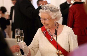 """Niente più Martini Dry per la Regina Elisabetta II: il medico impone uno stop ai """"cicchetti"""""""