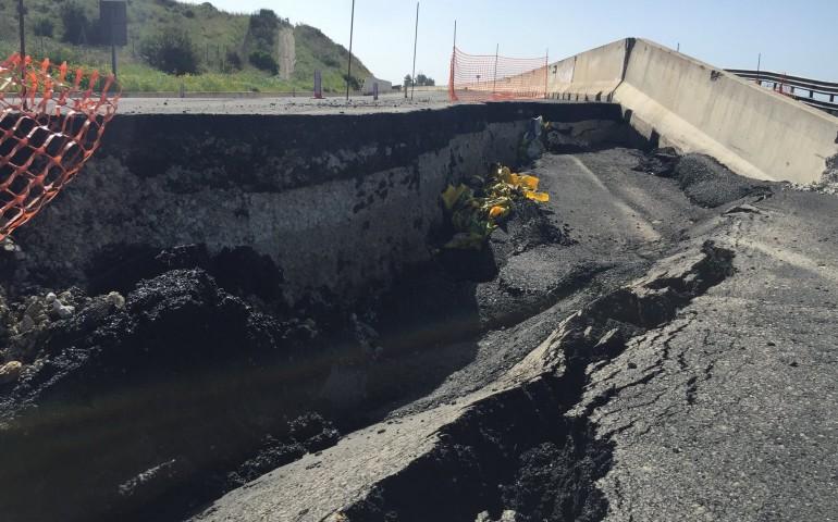 554: a causare il crollo della strada, sarebbe stata una frana pre-esistente riattivata dalle piogge
