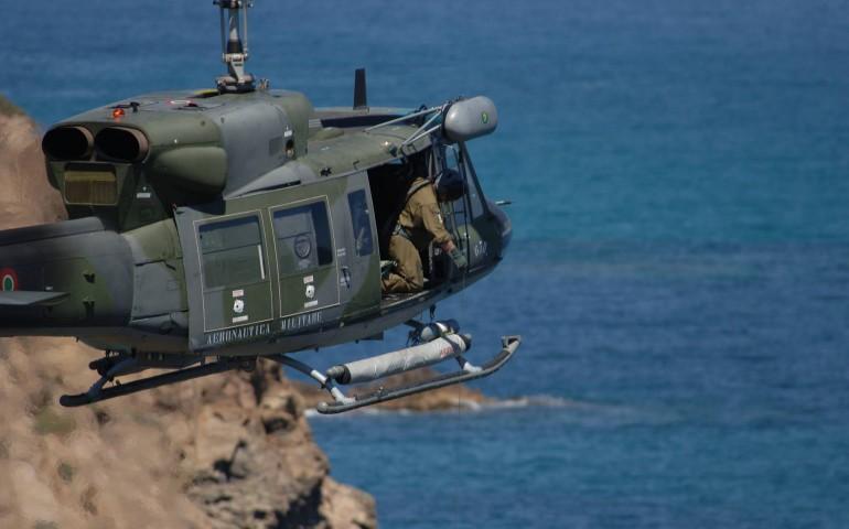 Elicottero Ab 212 : Un elicottero dell aeronautica militare soccorre in alto