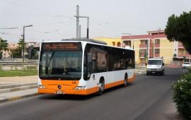 Cagliari, parcheggia male la sua auto e blocca il bus del Ctm: oltre mille euro di multa a una donna