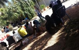 I volontari e i migranti nel cortile della struttura.