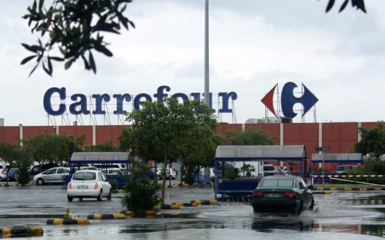 Furto al Carrefour: nasconde due aragoste nei calzini e prova a scappare. Arrestato un 26enne