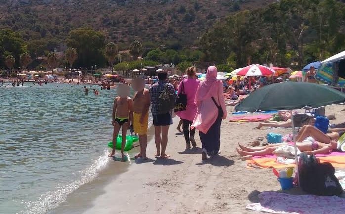 In burqa al Poetto: così va in spiaggia una giovane donna, davanti agli occhi di tanti curiosi