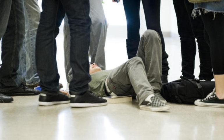 """Per non essere picchiato doveva pagare 1 euro di """"pizzo"""" al giorno ad alcuni compagni di classe"""