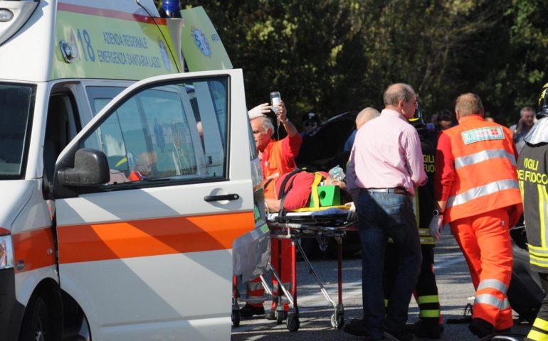 Auto fuori strada, una donna morta e tre feriti: uno è gravissimo