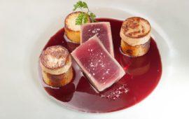 Rossini con filetto di tonno, scaloppa di fegato grasso di anatra, una salsa di Cannonau addizionato di miele di cardo e timo selvatico,
