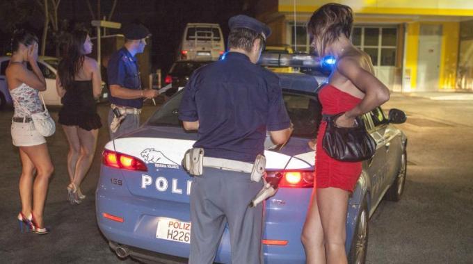 Blitz della polizia nella notte. Identificati decine di lucciole e ...