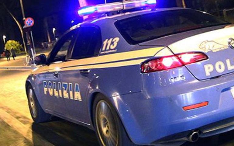 """Rissa in piazza del Carmine: due donne prendono a """"borsettate"""" un uomo e un altro spacca la stampella sulla schiena di un poliziotto"""