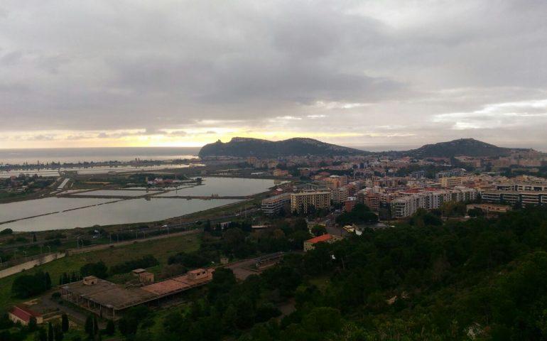 Galleria fotografica: Cagliari vista da Monte Urpinu. Il cielo plumbeo e le piogge danno un fascino irreale alla città