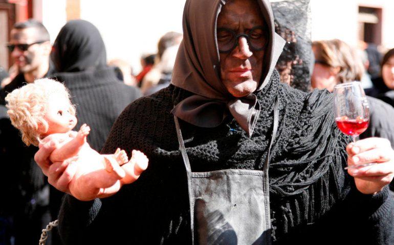 Viaggio nelle feste sarde. S'Attittidu, Giolzi, il sesso e l'ironia, comincia il carnevale bosano: su Karrasegare Osinku