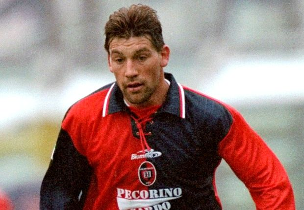 Oggi compie 48 anni Fabian O'Neill, campione rossoblù tradito dai suoi vizi
