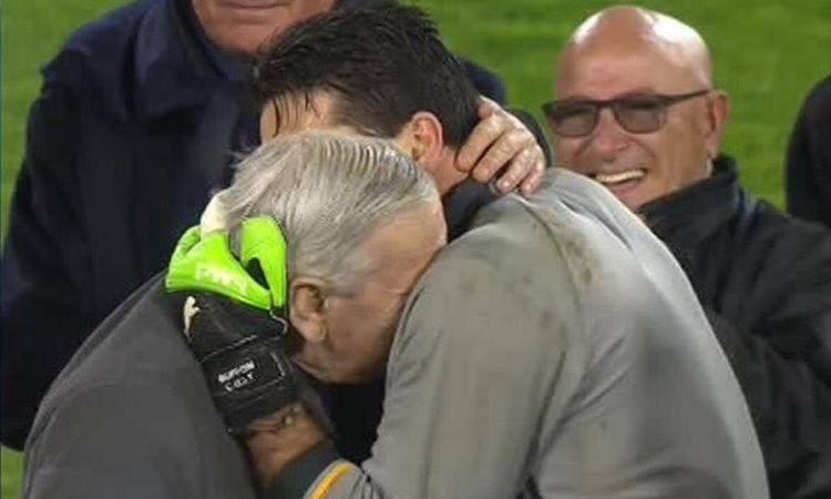 L'abbraccio tra Gigi Riva e Gigi Buffon prima della gara.