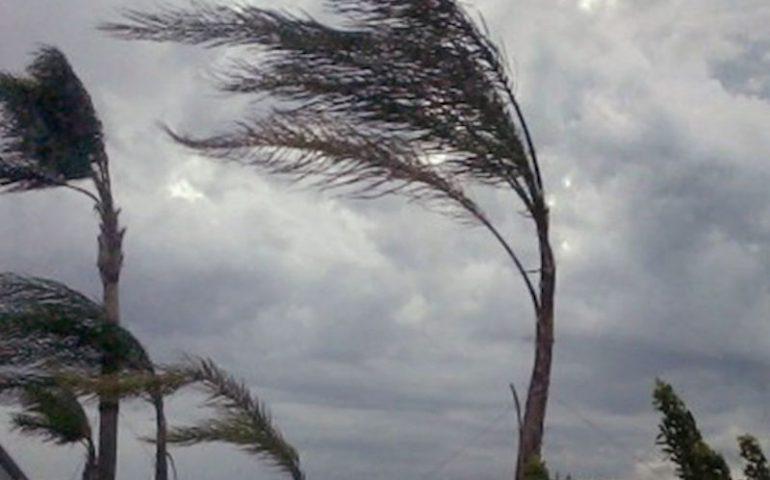 Maltempo: raffiche di vento di 100 km/h e onde alte fino a 5-6 metri. Disagi in mare