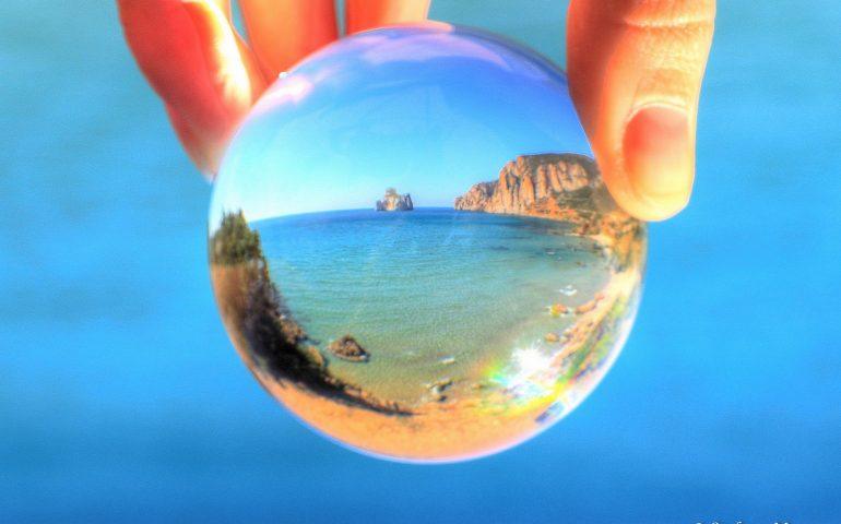 """La foto del giorno: """"Il mare in una bolla di vetro"""", originale veduta del Pan di Zucchero"""