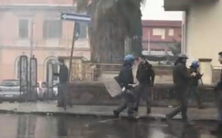 Cagliari, scontri e guerriglia tra tifosi a Sassari (VIDEO): annullata amichevole