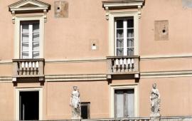 La storia e il significato delle tre palle di cannone conficcate nella facciata del palazzo Boyl all'ingresso del quartiere di Castello a Cagliari