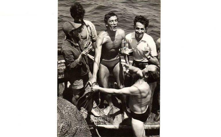 La foto del giorno. Quando Gigi Riva andava a pesca di polpi con gli amici nel golfo di Cagliari