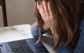 Allarme social: un teenager su 4 posta online almeno un selfie al giorno e 2studenti su 3 sonovittime di bullismo