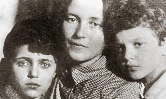 La moglie Giulia Schucht e i figli Delio e Giuliano.