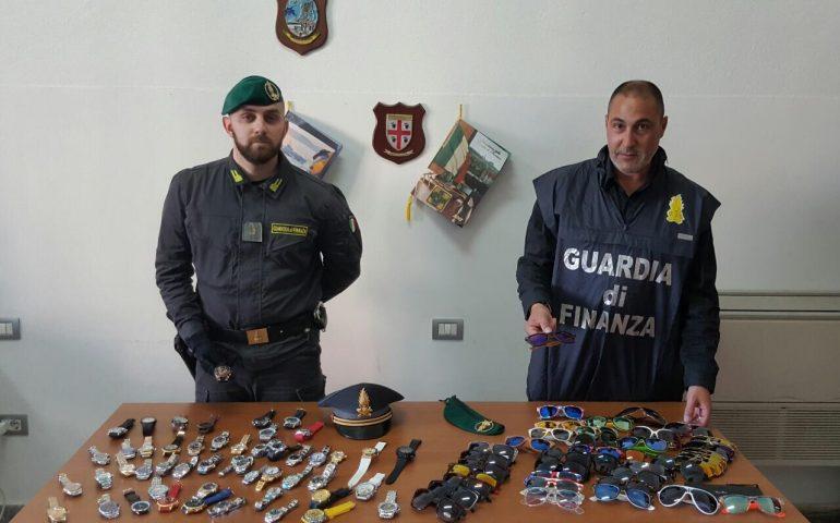 Orologi e occhiali griffati contraffatti venduti a Cagliari: denunciato un uomo