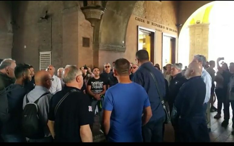 Coro sardo si esibisce sotto i portici di Bologna e incanta i passanti sulle note di Nanneddu Meu (VIDEO)