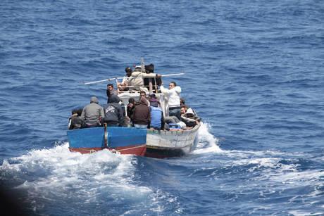 Migranti: a Teulada sbarco di 12 algerini tra cui uno in sedia a rotelle e catetere