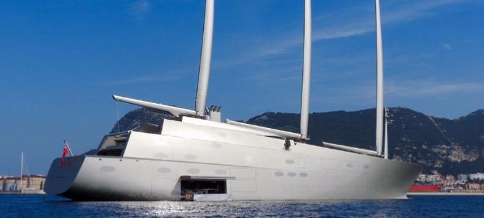 Tappa in Sardegna per A, lo yacht privato e a vela più grande del mondo, che oggi si trovava nelle acque di Porto Cervo