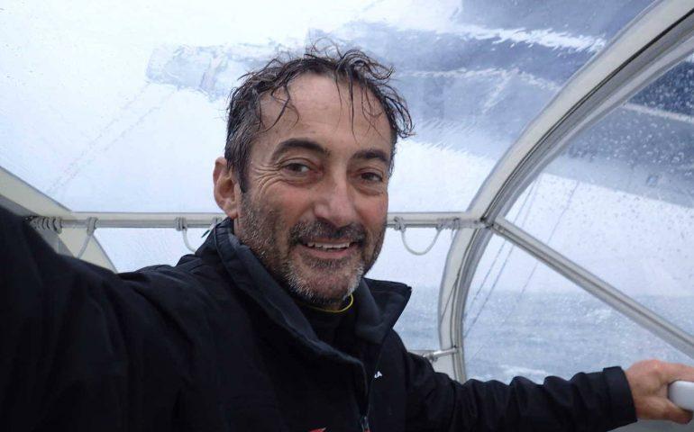 Vela, Andrea Mura indomabile: affronta la tempesta, ripara la barca e riparte in prima posizione (GUARDA IL VIDEO)