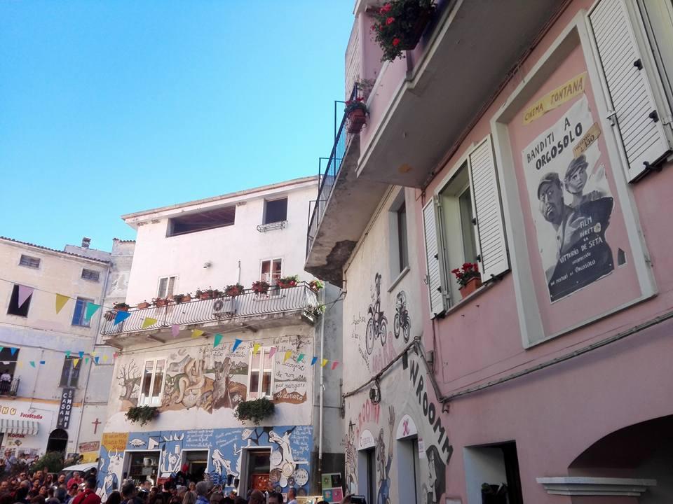 Il viaggio di Autunno in Barbagia: perdiamoci a Orgosolo, quel paese che pare un museo a cielo aperto