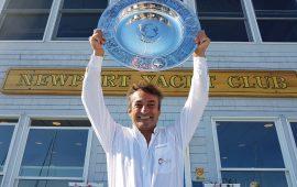 Andrea Mura premiato a Newport dopo la vittoria alla Ostar
