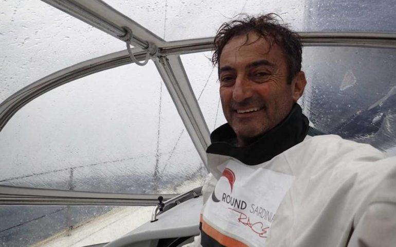 Andrea Mura ripara la capote della sua barca ed è sempre in testa alla Ostar, la regata più difficile