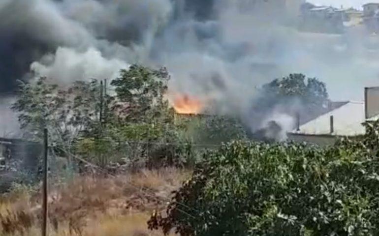 Vastissimo incendio nei dintorni di Solanas, le fiamme hanno circondato parte della zona abitata