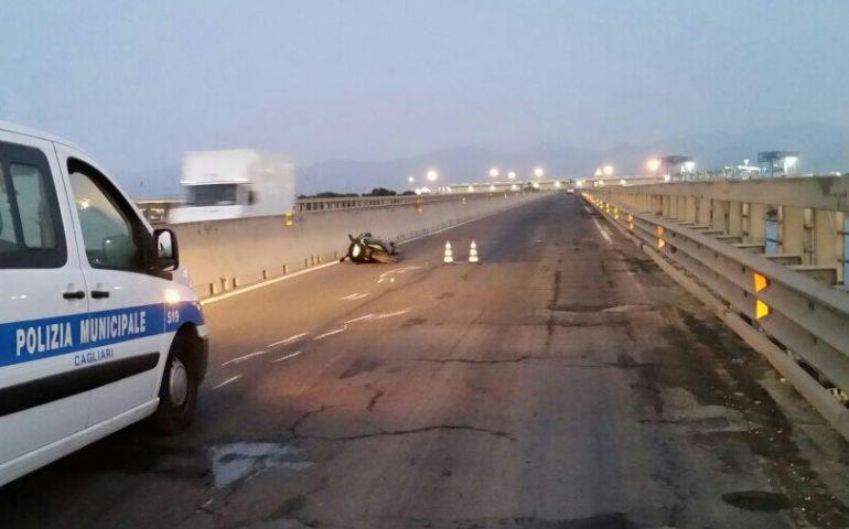 27fa2f15b9 Centauro perde il controllo della sua moto e cade sull asfalto. Incidente  sul ponte della Scafa