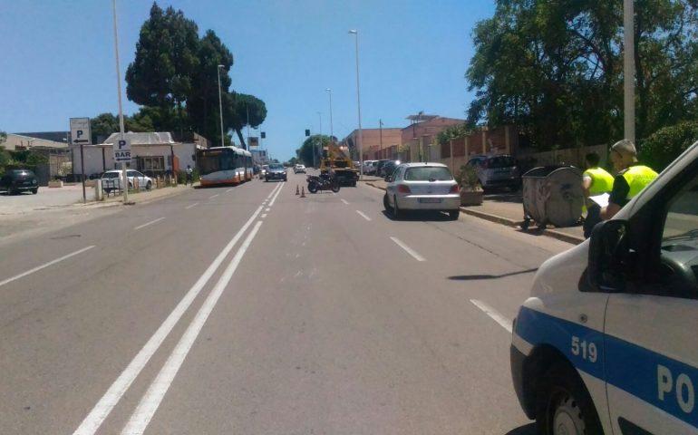 10cc4dbc94 Viale Elmas  centauro 21enne perde il controllo della moto e cade  rovinosamente sull asfalto