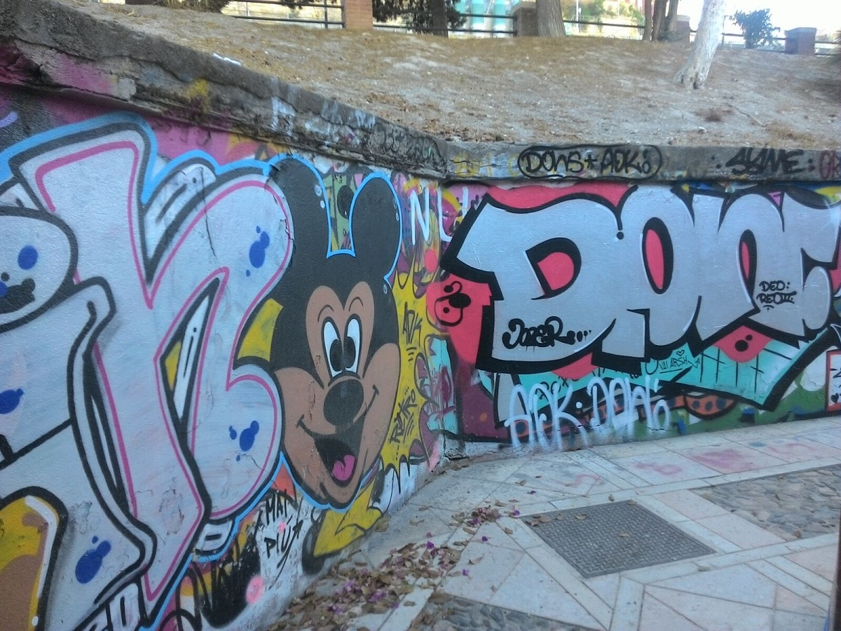 street art e murales le immagini di via san saturnino a cagliari galleria a cielo aperto nella. Black Bedroom Furniture Sets. Home Design Ideas