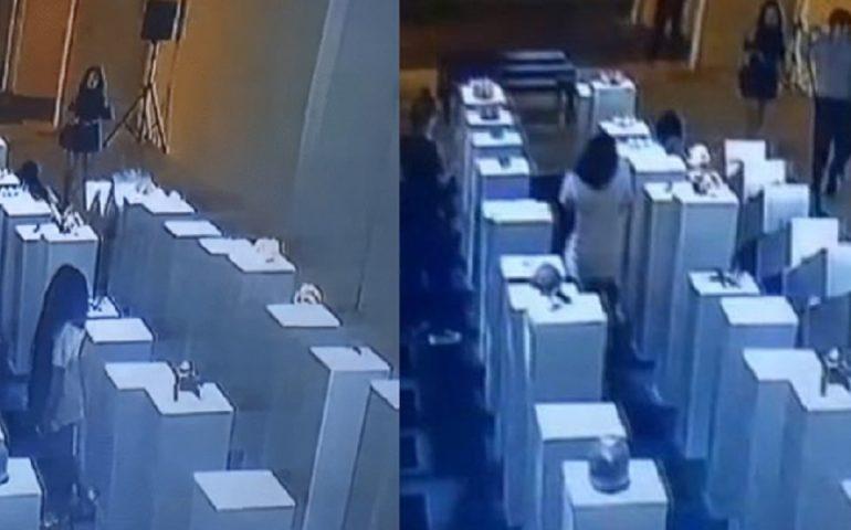 Visitatrice si fa un selfie al museo e butta giù tutto. Danni per 200mila dollari (VIDEO)