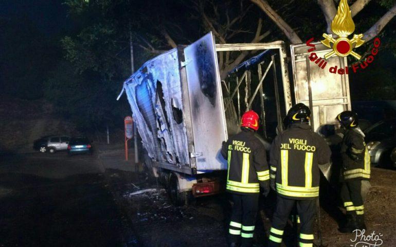 Via castelli incendiato un camion carico di mobili - Castelli mobili ...