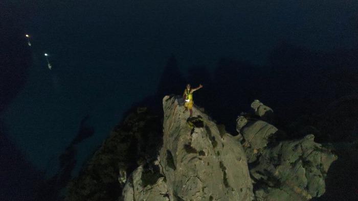 Paolo Contini in solitaria notturna a Cala Golorizé: 143 metri da scalare, ad accompagnarlo la luce della luna