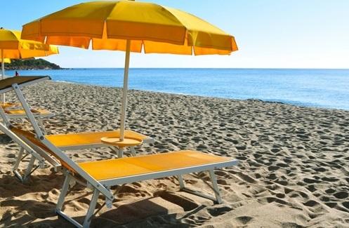 Ombrelloni Per La Spiaggia.Lotta All Ombrellone Segnaposto La Capitaneria In