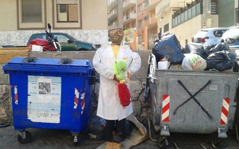 """Lo """"spaventapasseri"""" fatto con materiale riciclato tra i rifiuti di piazza Tristani (FOTO)"""