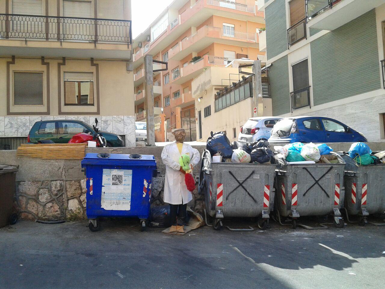 spaventapasseri rifiuti piazza tristani 3