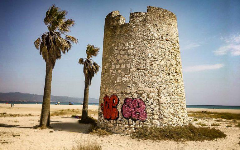 """La torre spagnola del Poetto è ancora imbrattata. L'appello del GrIG: """"Ripulitela"""""""