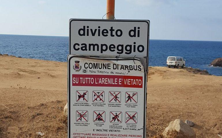 Il camper? Direttamente in spiaggia. Le foto dei turisti cafoni a Capo Pecora (FOTO)