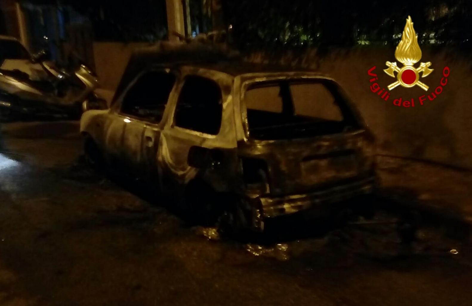 Doppio intervento dei vigili del fuoco nella notte a Cagliari: a fuoco due auto