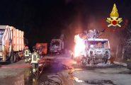 Incendio doloso in un'isola ecologica di Dorgali: distrutti sette mezzi per la raccolta dei rifiuti