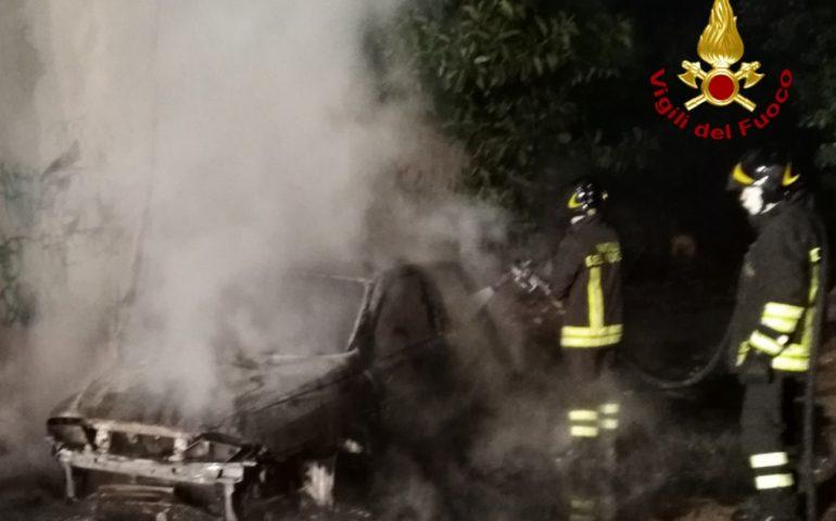 Via Piero della Francesca: auto completamente distrutta dalle fiamme