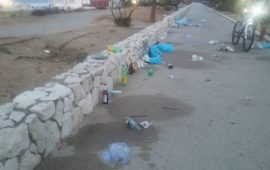 La pista ciclabile di Quartu nel mirino degli incivili. Bottiglie, buste e rifiuti abbandonati al Poetto