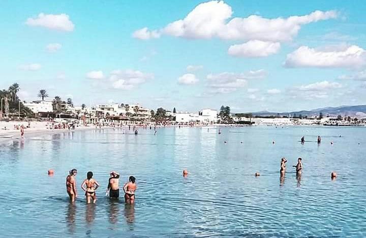 Ottobre a Cagliari, ancora estate: decine di bagnanti alla Prima Fermata e la tintarella non finisce mai