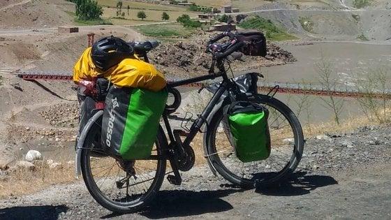 Parte da Hong Kong per il giro del mondo in bicicletta ma in Italia gliela rubano. Il post su Facebook per ritrovarla
